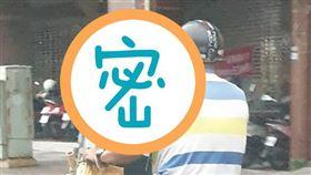 阿伯邊騎車邊「追劇」 民眾直擊嚇壞(圖/翻攝自爆料公社二社臉書)
