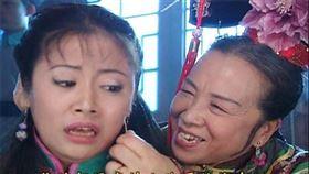 《還珠格格》「容嬤嬤」李明啟私刑扎針畫面。微博