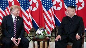 美國總統川普(左)22日在辯論會上自誇和北韓領導人金正恩(右)關係「非常好」,民主黨對手拜登痛批川普承認這個人權紀錄惡名昭彰的國家政權合法。圖為2019年2月川普和金正恩在越南河內會面。(圖/翻攝自facebook.com/WhiteHouse)