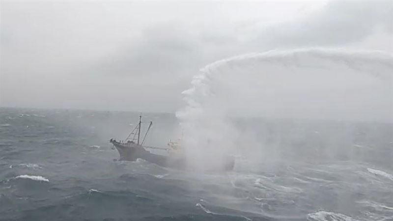 高雄艦馳援澎湖海域 水砲趕越界陸船