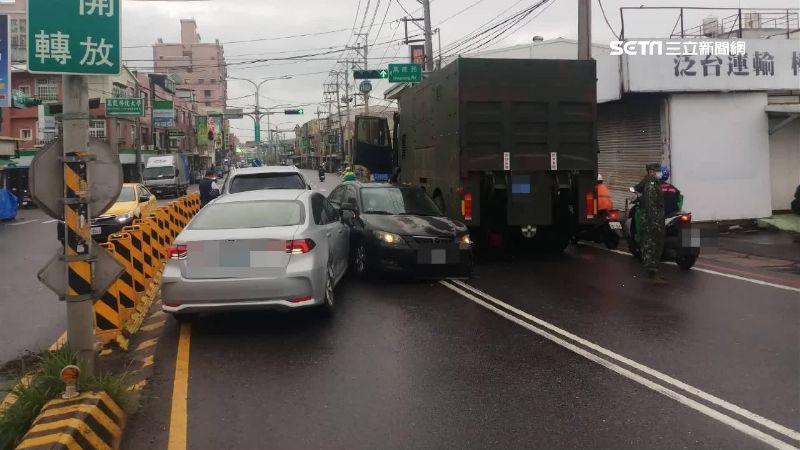 獨/軍卡推撞轎車 波及3車釀1傷
