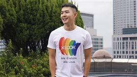 至KLOOK粉絲專頁按讚於指定貼文留言,上傳遊行當日與KLOOK的合照,還能抽限量「KLOOK彩虹T-shirt」。(圖/KLOOK提供)
