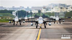 空軍第1聯隊8架IDF戰機昨日返回台南基地,1聯隊安排編號1624號彩繪機做前鋒,9架IDF戰機編隊滑行,在眾人面前呈現大象走路之姿,展現王者歸來的磅礴氣勢。空軍第1聯隊昨安排飛行員眷屬到場迎接,並且共同慶祝飛行員在此次天龍操演中獲得優異成績。(圖/青年日報)