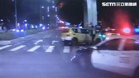 新北,板橋,計程車,車禍,分隔島,自撞(圖/翻攝畫面)