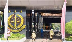 印尼最高檢察署8月22日晚間7時疑遭縱火,火勢至8月23日凌晨才獲得控制。圖為消防隊員在清理現場。中央社記者石秀娟雅加達攝 109年8月23日