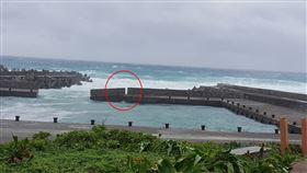 綠島堤防斷裂。(圖/潛水教練俞明宏提供)