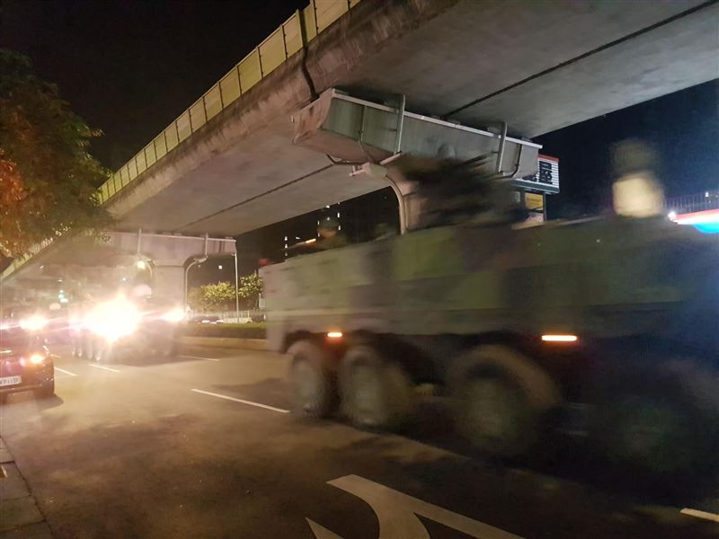 中共頻挑釁!內湖深夜驚見裝甲車疾馳上陽明山 網:快迴避