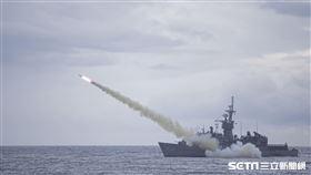 海軍寧陽軍艦發射魚叉反艦飛彈。(圖/國防部提供)