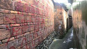 屏東潮州摸乳巷百年紅磚牆遭塗鴉(1)屏東縣潮州鎮建基老街上的「摸乳巷」是當地知名景點,百年紅磚牆近日遭人用噴漆、立可白等塗鴉,引起鎮民撻伐。中央社記者郭芷瑄攝 109年10月26日