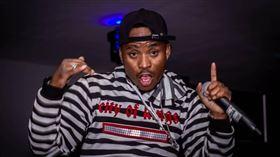 非洲辛巴威的嘻哈歌手卡爾文(Mgcini Calvin Nhliziyo)24日凌晨被無掛牌的汽車撞上,傷重身亡。/臉書