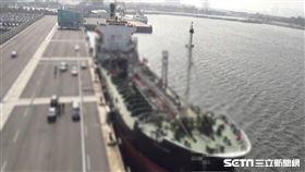 油輪「北斗星號」作為海上加油船,在高雄港補給、台中港裝柴油後出港,透過引介過駁柴油給不詳買主牟利。/翻攝畫面