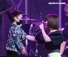 徐若瑄音樂分享會唱到落淚,兒子體貼遞上衛生紙要媽媽擦眼淚。(記者邱榮吉/攝影)