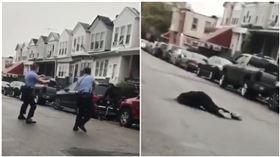 美國費城非裔男持刀揮舞 遭美警連開10槍擊斃(圖/翻攝自推特@AttorneyCrump)