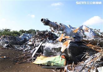 國軍CM11戰車隱匿於資源回收場廢鐵堆中難以辨視。(記者邱榮吉/攝影)