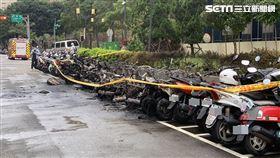 台北市信義商圈火警  32輛機車受損(3)台北市警消29日下午1時42分獲報,松高路、松勇路附近發生火警,警消到場撲滅火勢,停放在路旁的一排機車受損,有26輛全毀、6輛半毀。中央社記者張新偉攝  109年10月29日