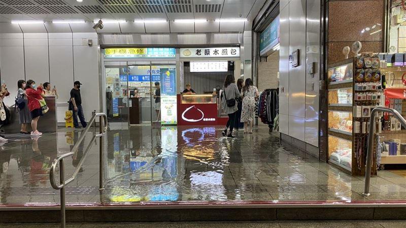 公館捷運站「下大雨」民眾撩褲避積水