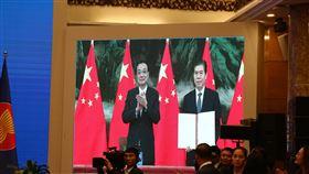 李克強視訊參與RCEP簽署儀式區域全面經濟夥伴協定(RCEP)是世界上最大的自由貿易協定,外界一般認為中國在背後主導談判。圖為中國國務院總理李克強(左)及中國商務部部長鍾山15日以視訊方式參與RCEP簽署儀式。中央社記者陳家倫河內攝 109年11月15日
