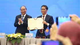 越南工商部長代表簽署RCEP區域全面經濟夥伴協定(RCEP)參與國包括東協10國與5個自貿協議夥伴。圖為越南工商部長陳俊英(右)15日代表越南簽署RCEP。中央社記者陳家倫河內攝 109年11月15日