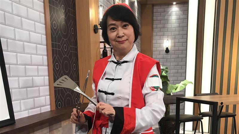 0下廚經驗 55歲王月拿菜刀嚇壞他