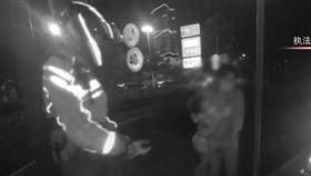 ▲交警在高架道路上救援孕婦。(圖/翻攝自交警執法影片)