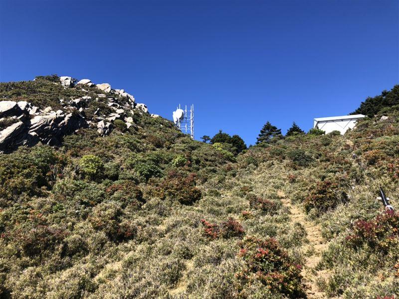 獨/超帥猛男扛1百公斤發電機徒步爬山!嘉明湖訊號終開通