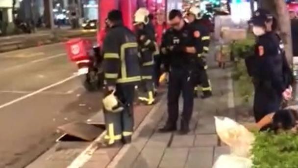 快訊/北市電信孔蓋突傳氣爆! 消防趕赴現場戒備