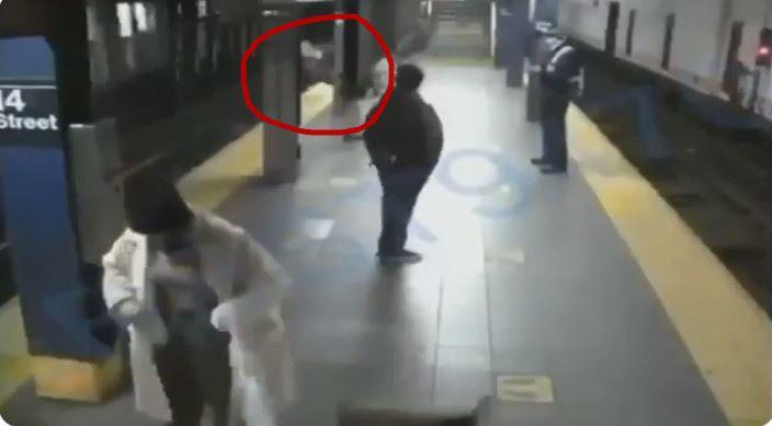 女子月台上等車 無辜被「陌生人推落軌」下秒列車進站了
