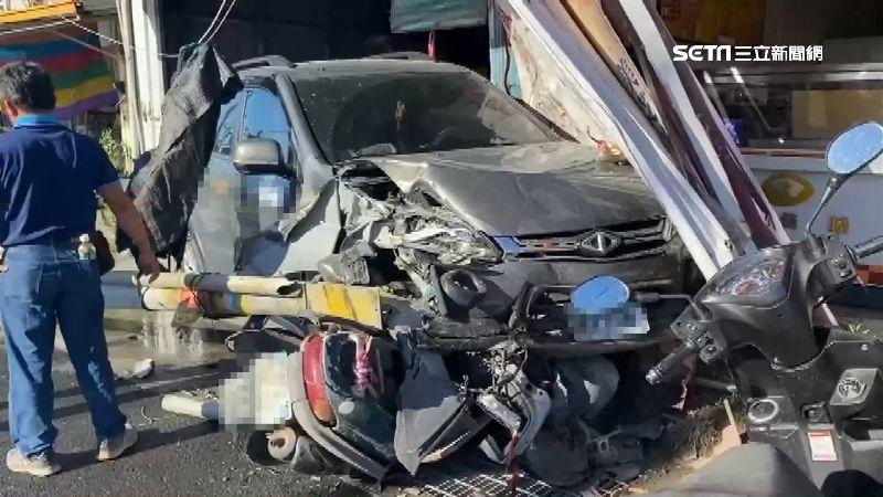 台東廂型車失控打滑撞民宅 2機車遭壓毀、路燈斷裂躺路中