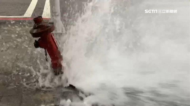灑水車司機「內急」倒車釀禍 消防栓遭撞毀…水柱噴2米高