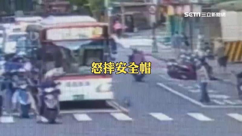 馬路爭道爆衝突!不滿公車逼車 騎士怒摔安全帽扯衣領洩憤