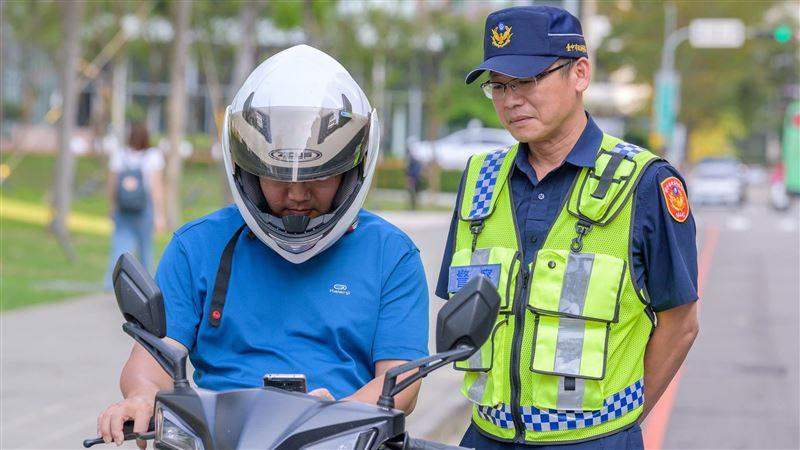 騎車看手機拒檢挨罰1萬、吊照半年 女子提告抗罰「勝訴」