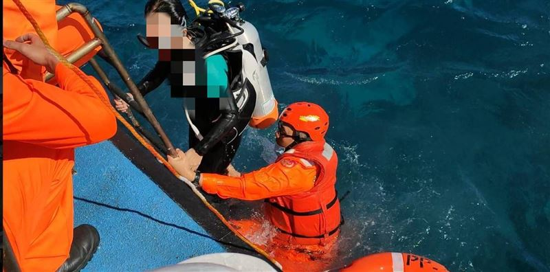 快訊/2天2件意外 墾丁女潛水客游不回岸邊被海巡隊救起