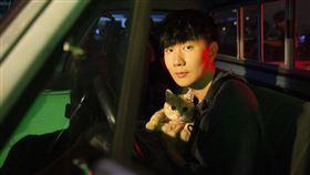 林俊傑被橘貓馴服。(圖/華納提供)