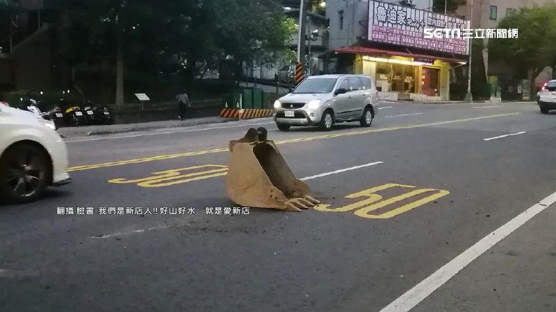 怪手「挖斗」翻落貨車 險砸路過騎士
