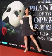 Janet觀看歌劇魅影。(記者邱榮吉/攝影)