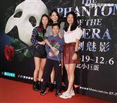 賈永婕帶著兒女一起觀賞「歌劇魅影」。(記者邱榮吉/攝影)
