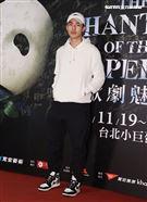 陳昊森觀賞「歌劇魅影」。(記者邱榮吉/攝影)