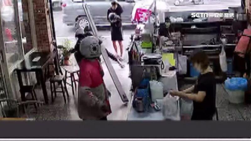 暴衝撞進早餐店 友人嚇傻摸頭愣3秒