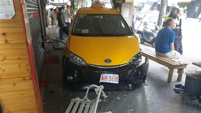 新/木柵計程車衝上騎樓 3行人遭撞