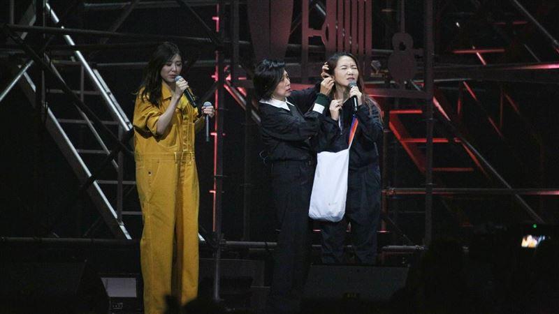 陶晶瑩舞台上爆意外 大叫:快點幫我