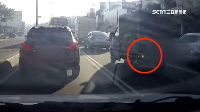 小貨車硬切擦撞轎車 駕駛:要告就告