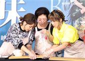 「孤味」金馬影后陳淑芳、徐若瑄、孫可芳現場製做炸蝦捲。(記者邱榮吉/攝影)