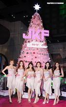 JKF女郎妮妮、甜心Q匠、安希、奶妹、綺湘、謝立淇出席JKF超夢幻聖誕樹點燈儀式。(記者邱榮吉/攝影)