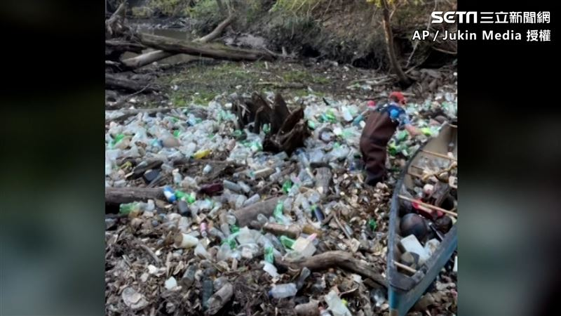 垃圾布滿河 暖男清理撿數千罐寶特瓶