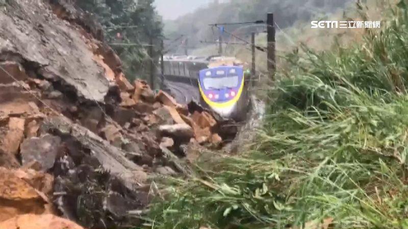 土石坍塌 台鐵險撞「落石群」畫面曝