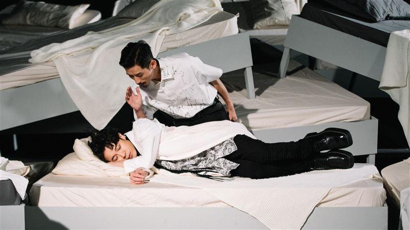 歌王曝「邪惡微笑」 躺床想被操控