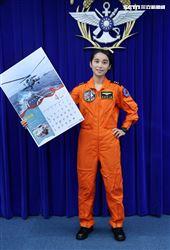 海軍反潛航空大隊首位定翼反潛直昇機許秀青上尉(4月份形象月曆代表)。(記者邱榮吉/攝影)