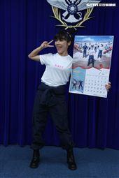 海軍反潛航空大隊陳以欣上士(7月份形象月曆代表)。(記者邱榮吉/攝影)