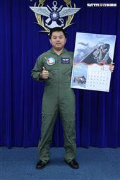 空軍4聯隊23作戰隊F16V戰機陳信全上尉(8月份形象月曆代表) )。(記者邱榮吉/攝影)