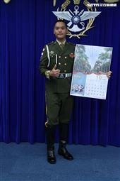 憲兵指揮部快反連陳俊燁下士(10月份形象月曆代表) )。(記者邱榮吉/攝影)